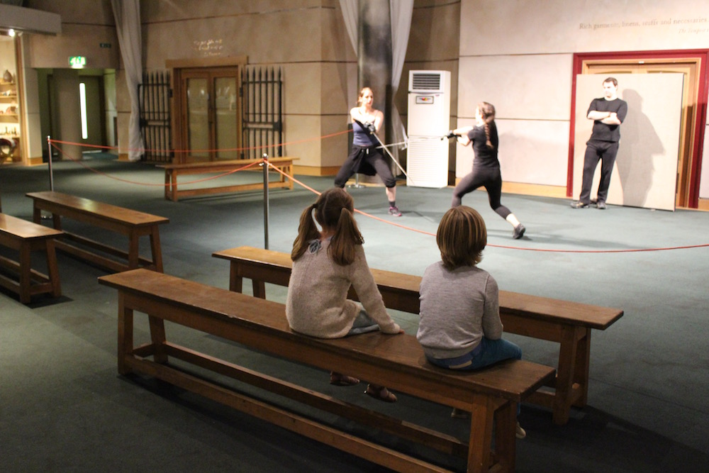 shakespeares-globe-swordfighting