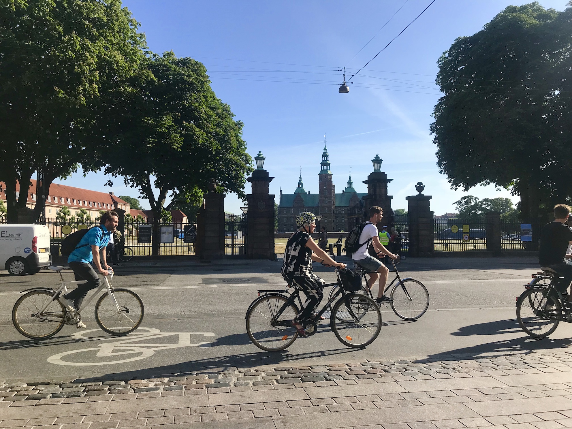 cyclists_in_front_of_castle_copenhagen