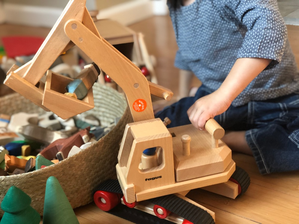Fagus excavator lifting wooden toys